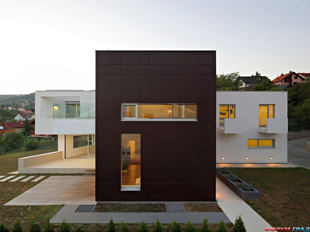 Минималистский проект жилого дома с Т-образной планировкой