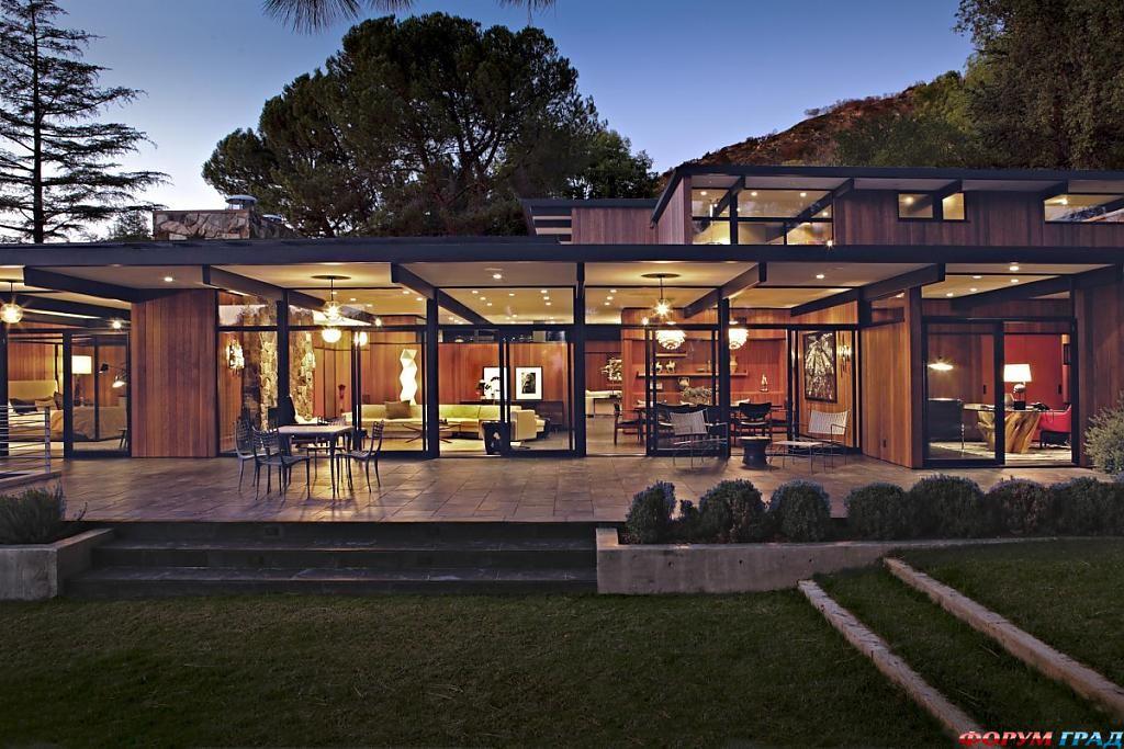 Дом со стеклянными стенами и ярким интерьером в Калифорнии