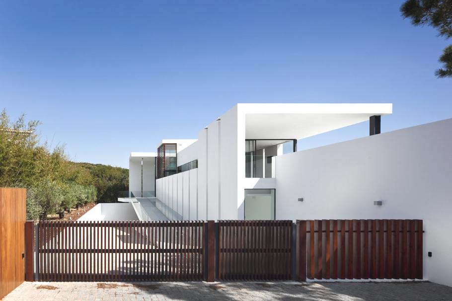 Дом с бассейном на крыше и необычным садом от португальских архитекторов