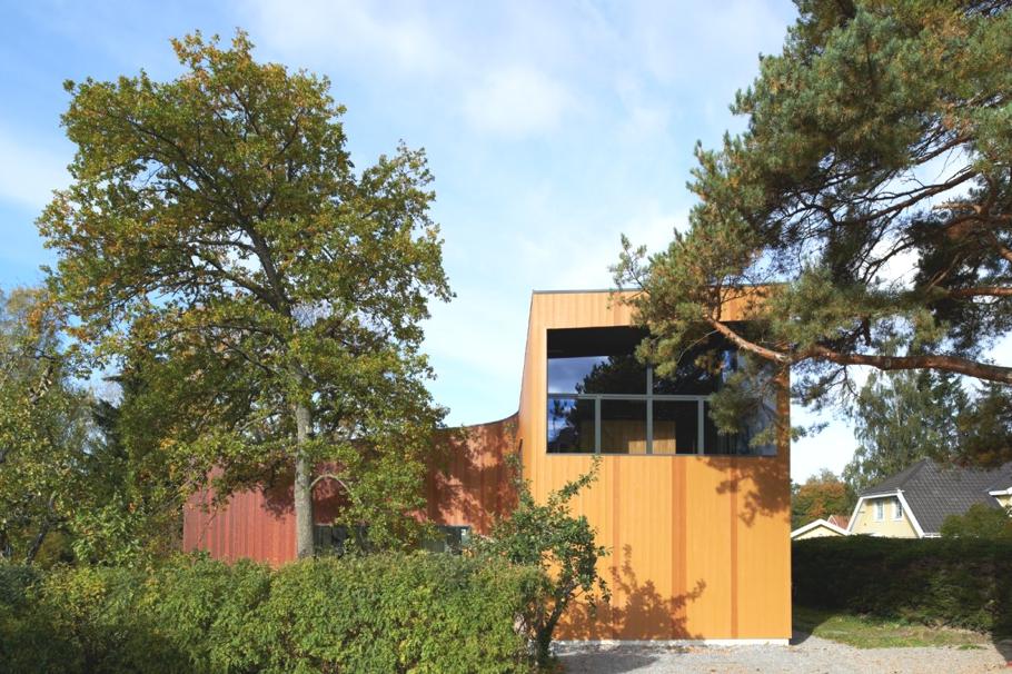 Дом вокруг дерева: полукруглый особняк в финском лесу