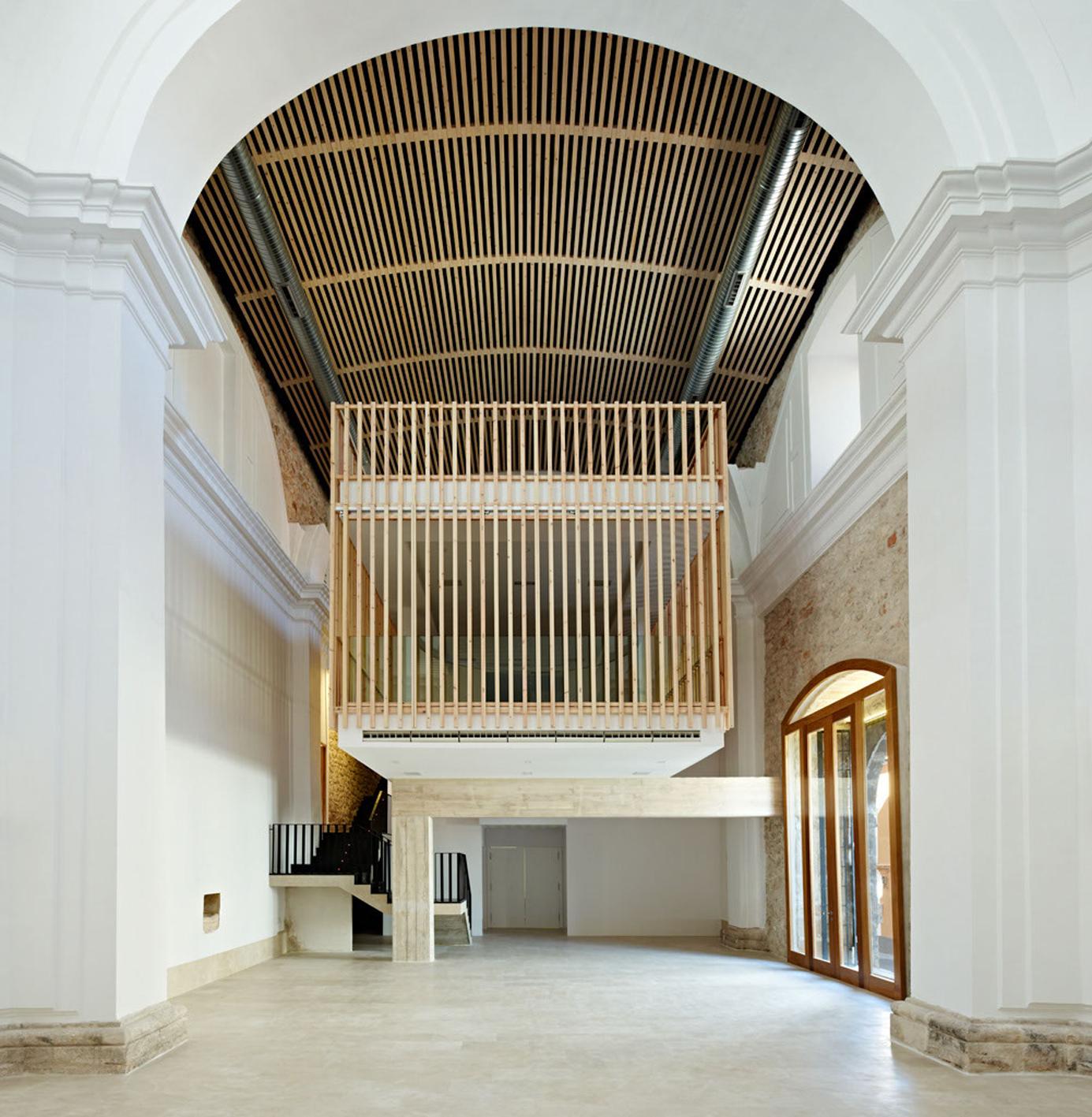 Красивое здание после реставрации сакрал архи