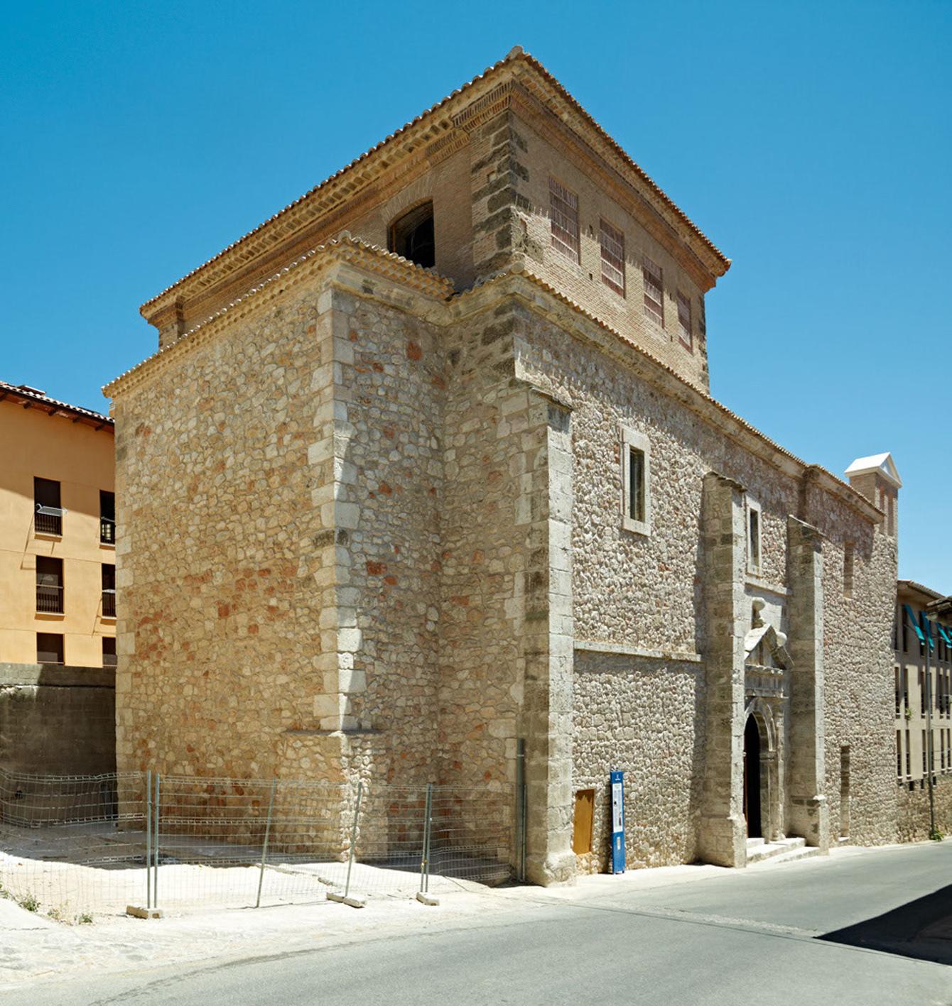Внешний вид каменного фасада здания