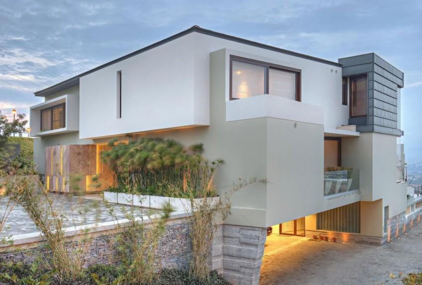 Оригинальный проект современного каменного дома на склоне
