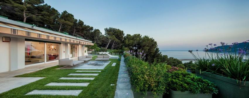 Идиллический проект одноэтажного дома на берегу