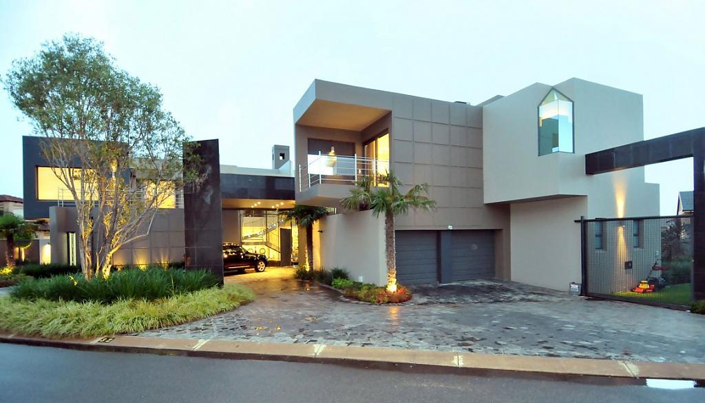 Проект дома с бассейном и сверкающим фасадом