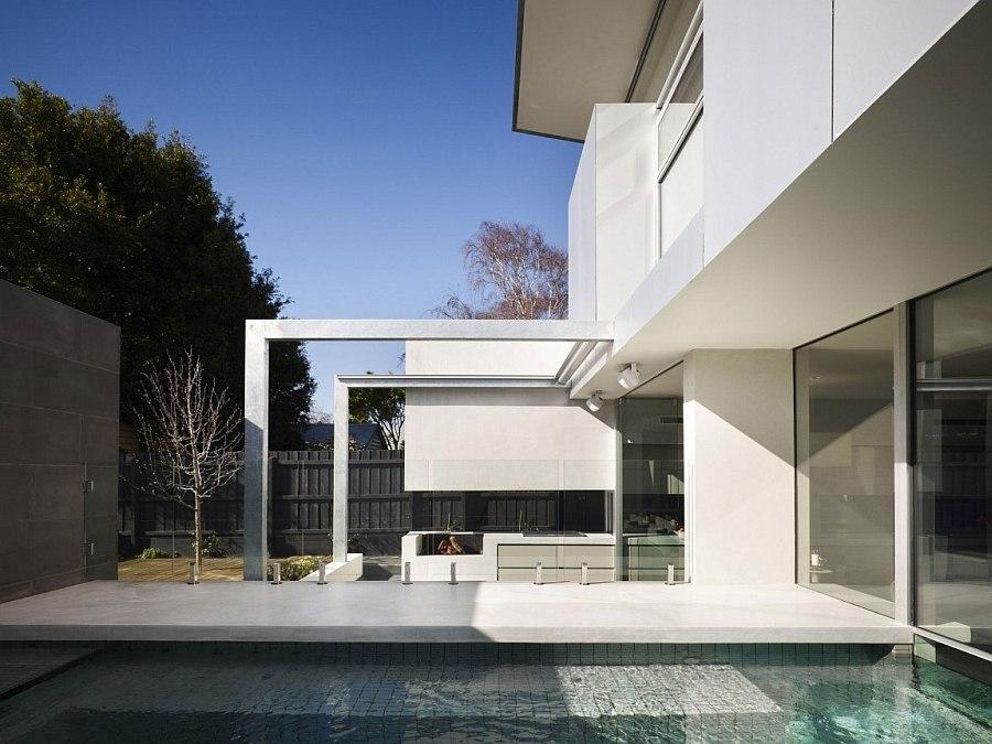 Впечатляющий вид внутренней территории дома
