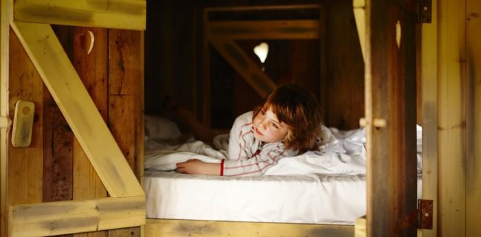 Выглядывающая девочка из своей постели