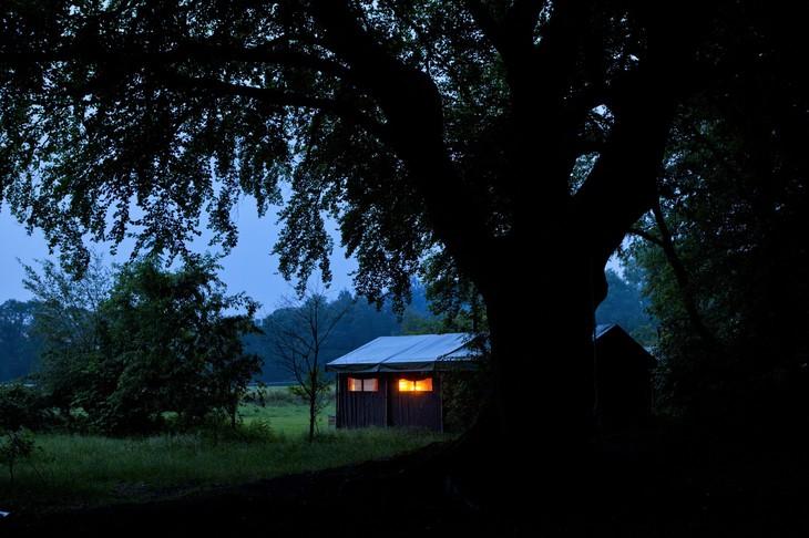 Ночной вид палатки с тентом