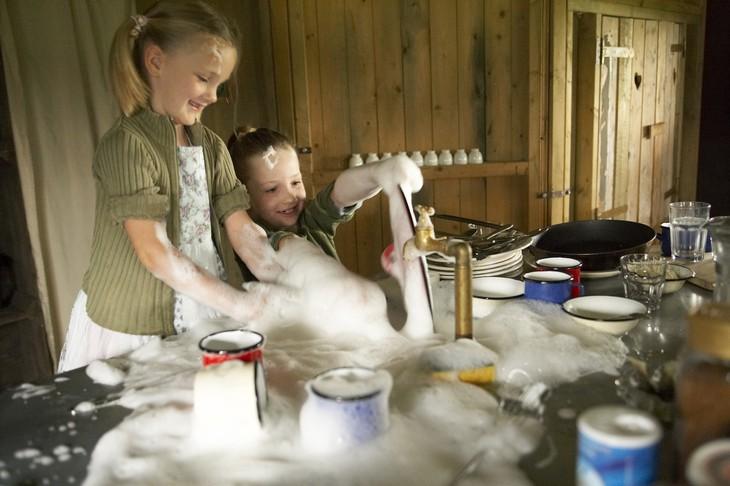 Развлекающиеся дети с мыльной пенкой
