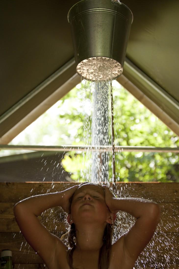 Оригинальный способ принять душ
