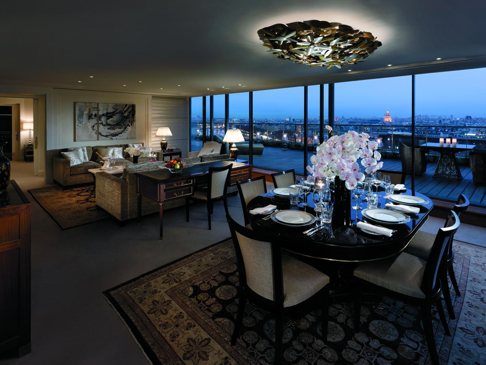 Обеденный стол отеля Shangri-La