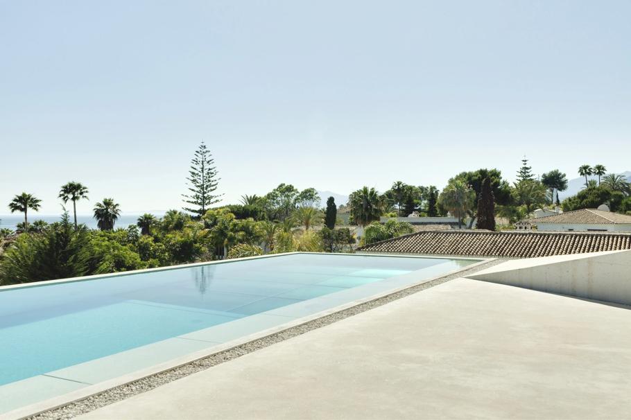 Бассейны и крыши: фото удивительного дома с прозрачным бассейном в Испании