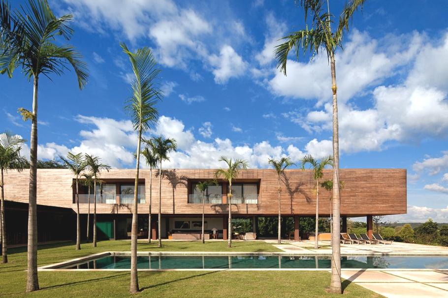 Дома Бразилии: особняк среди пальм от BERNARDES JACOBSEN