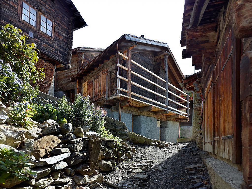 Деревенское шале в Швейцарии: суровый вид и современный комфорт