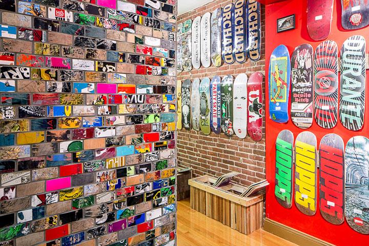 Контрастный интерьер в молодёжном стиле - магазин скейтбордов в Бостоне