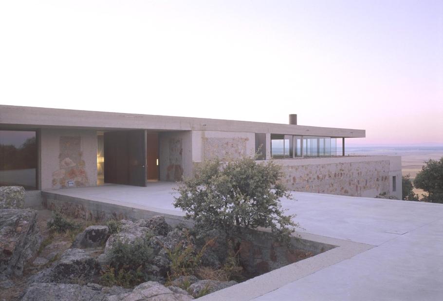 Красивый загородный дом на холме
