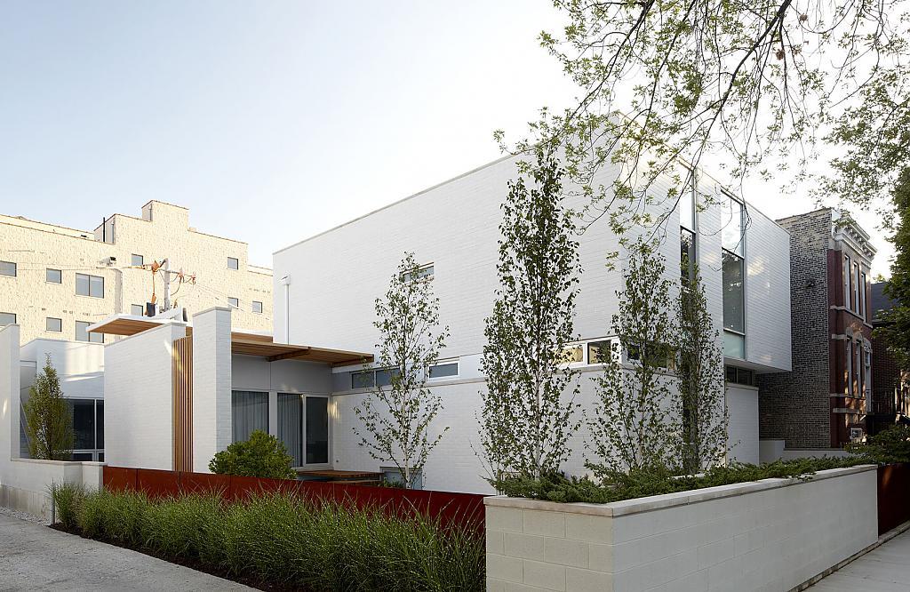 Белый интерьер с яркими акцентами: дом с коллекцией картин в Чикаго