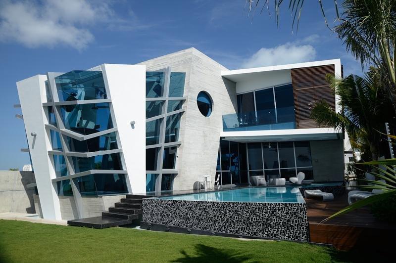 Ультрасовременный дом с треугольным бассейном