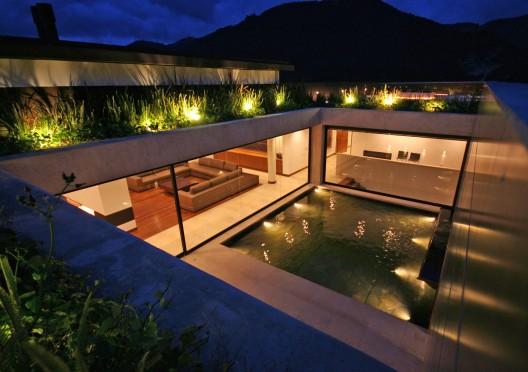 Дома на склоне холма с бассейном и террасой