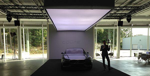 Главный дизайнер Volvo рядом с авто Coupe Concep