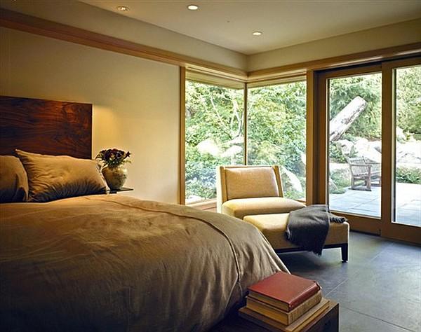 Декоративные камни в саду, деревянная отделка и гостиная с камином - особняк от Scott Allen