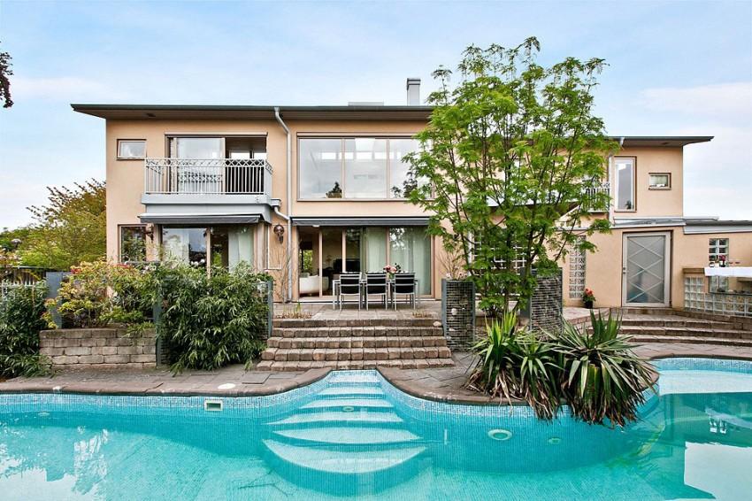 Двухэтажный городской дом с бассейном для семьи