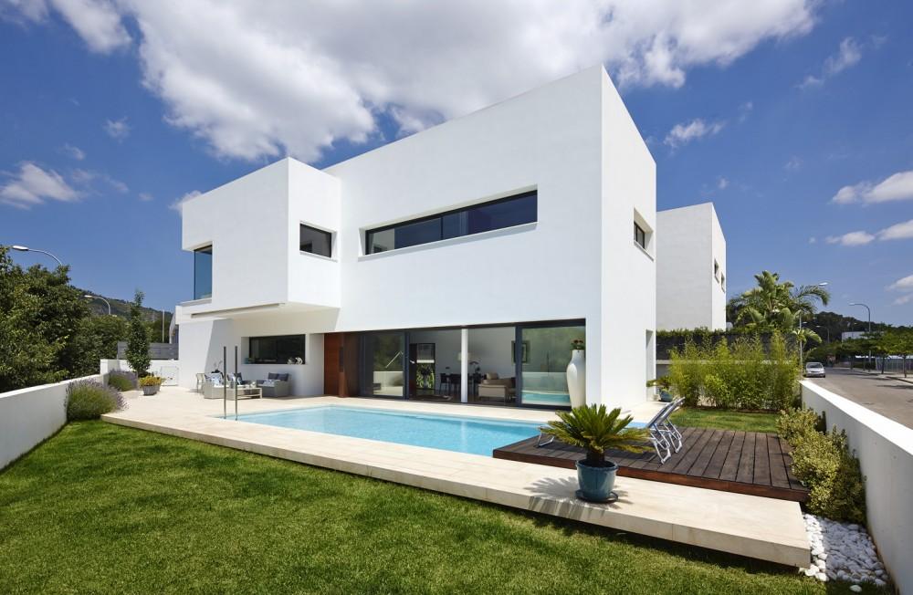 Проект дома с бассейном: стильный белый Casa 212 от Alfonso Reina