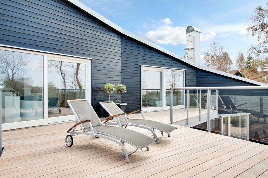 Скандинавский стиль в архитектуре: красивый дом Skipas с большой террасой