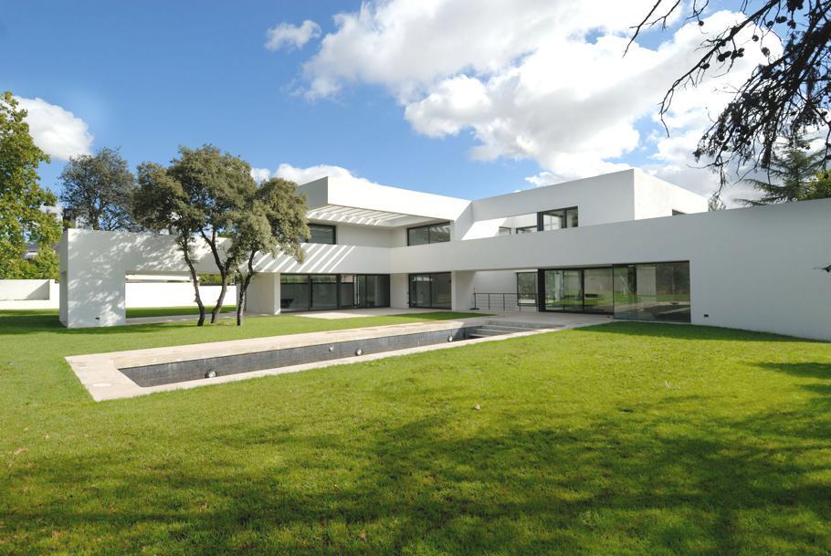 Особняк в Испании: белый Residence La Florida с бассейном