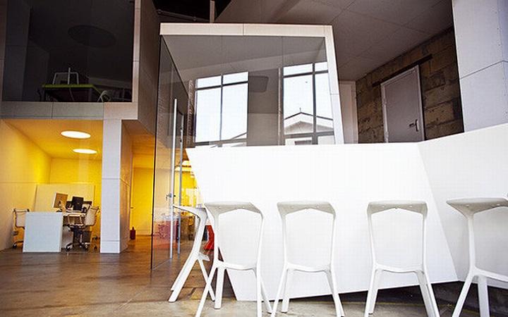 nefa research office moscow 18 Необычный дизайн офиса Nefa Research с барной мебелью
