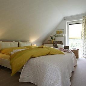 Эта спальня в мансарде невелика по размеру, поскольку значительная часть...