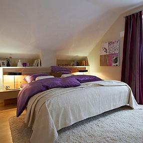 Статей о размещении спальни на чердаке или мансарде в сети Интернет...