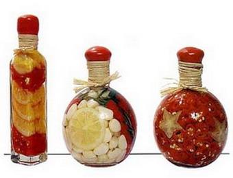 Декоративные бутылочки с фруктами и соленьями: красота на кухне