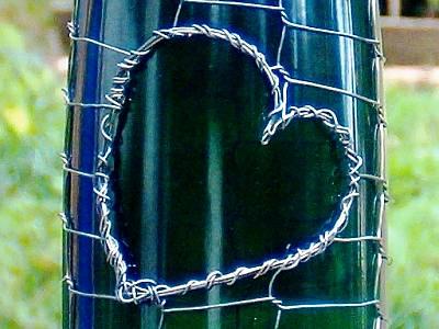 ...оригинальный сувенир Вы сможете превратить своими руками любую, даже самую обыкновенную бутылку и моток проволоки.