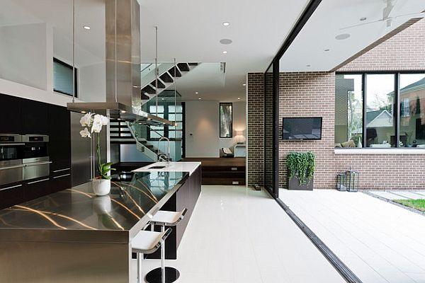 Столешницы из нержавеющей стали на дизайнерской кухне в стиле хай тек