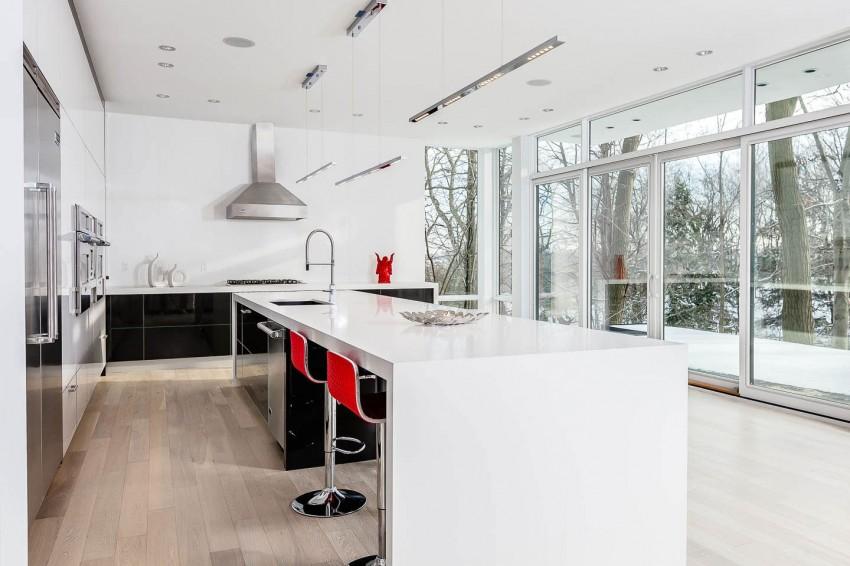 Стильный проект двухэтажного дома с белоснежным интерьером