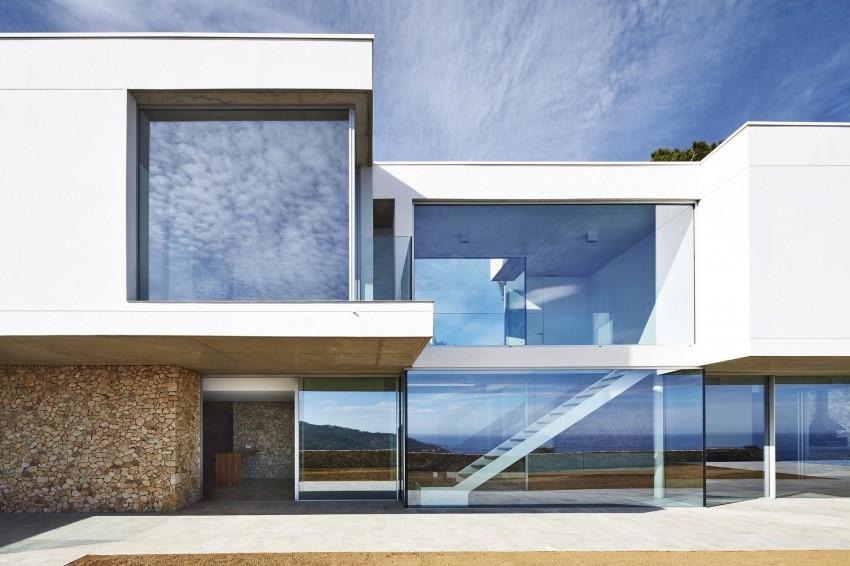 Необычный проект дома со стеклянными стенами