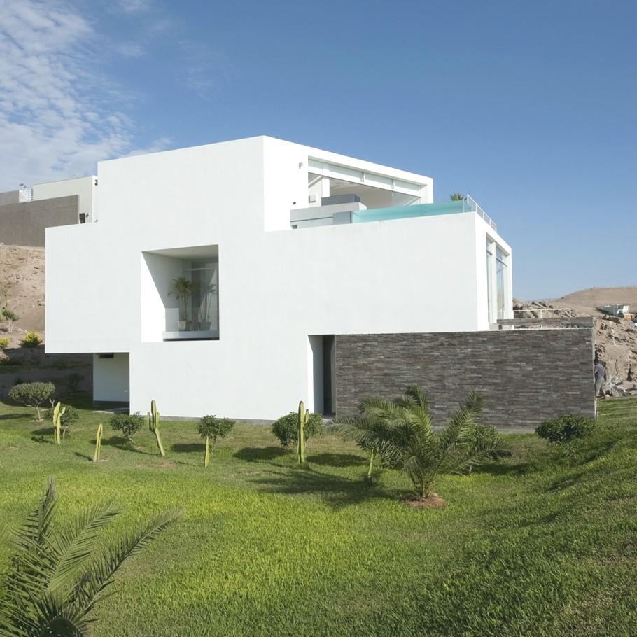 Белый фасад и голубая винтовая лестница в удивительном перуанском доме