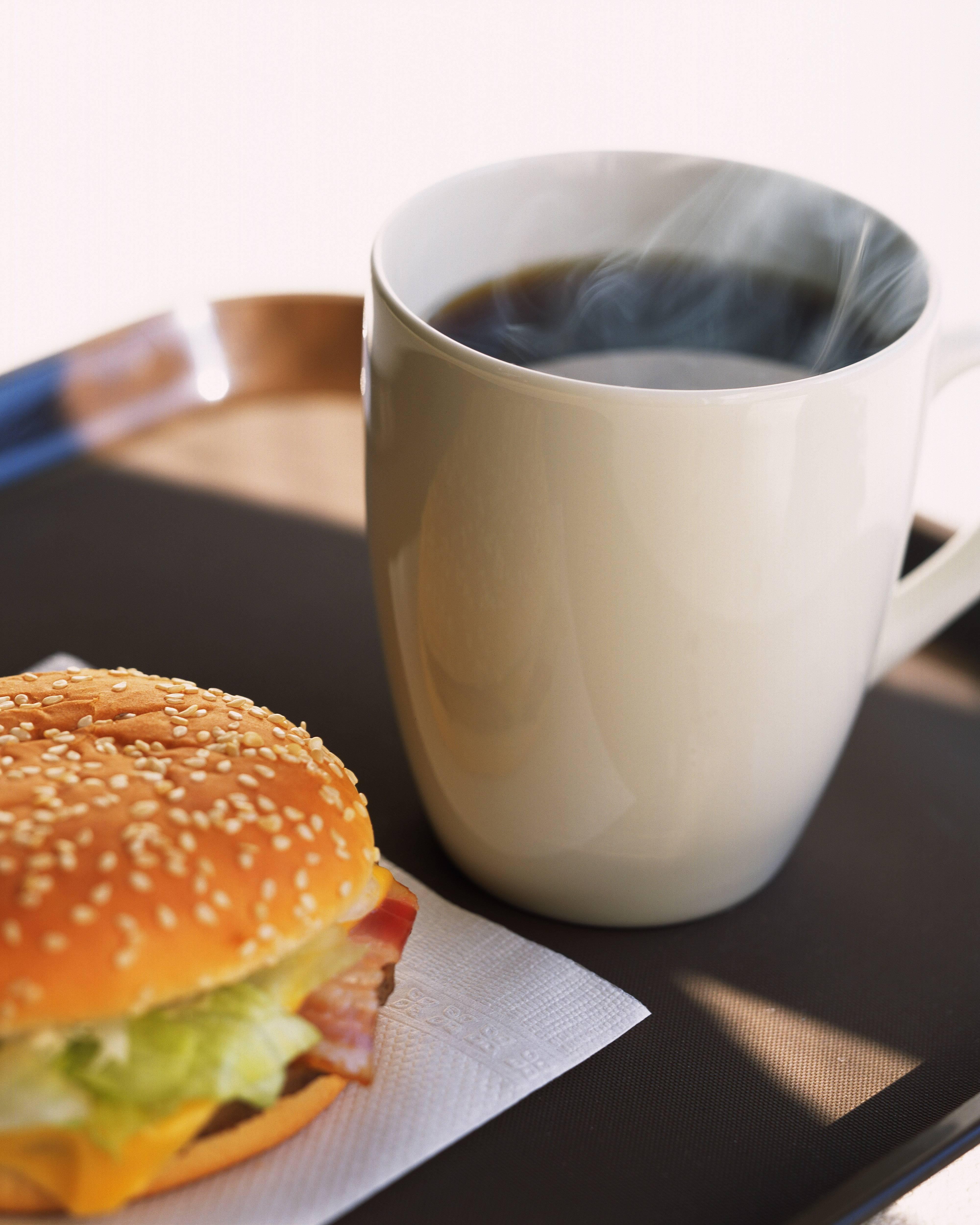 чашка кофе и бутерброд фото