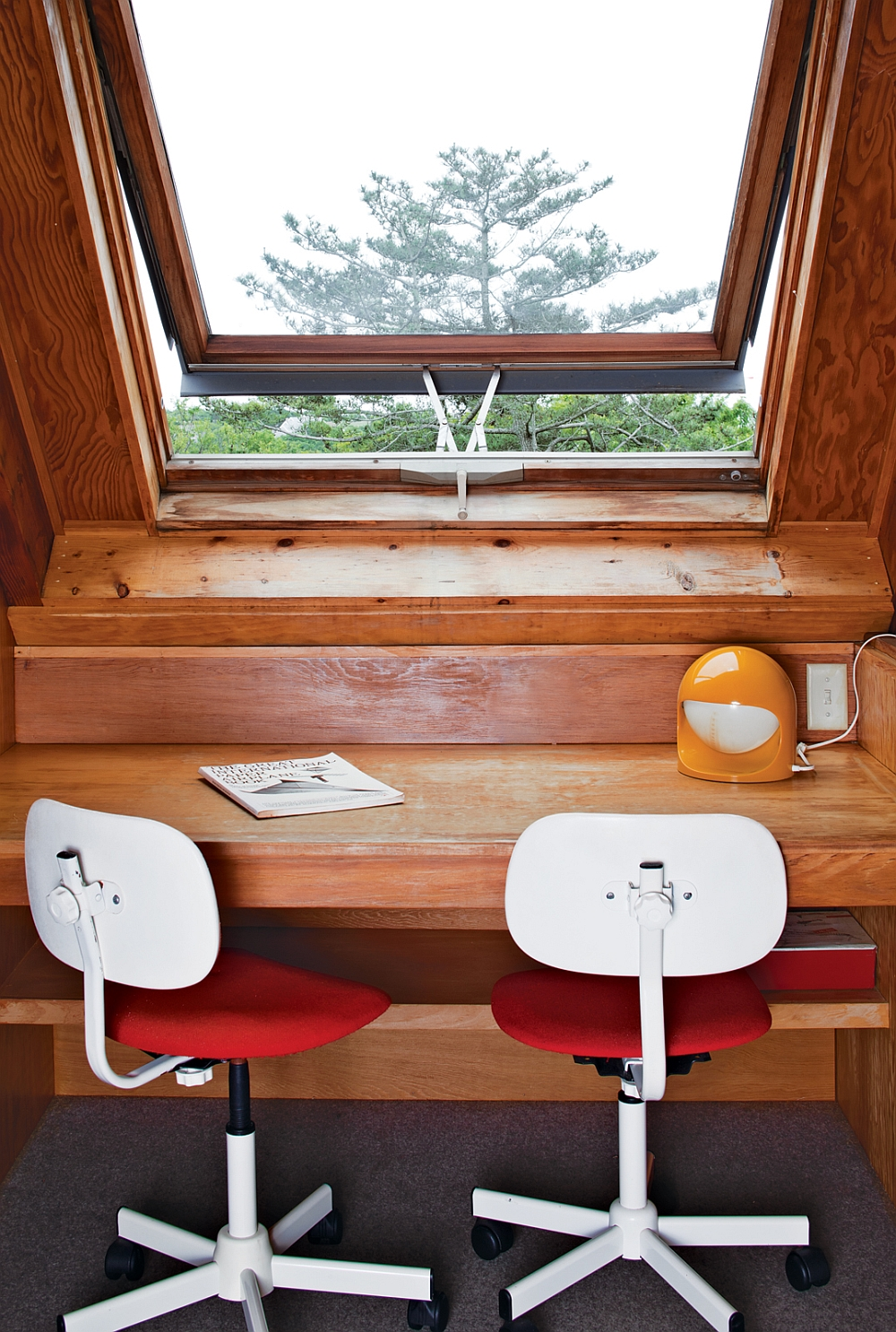 Небольшой стол возле окна