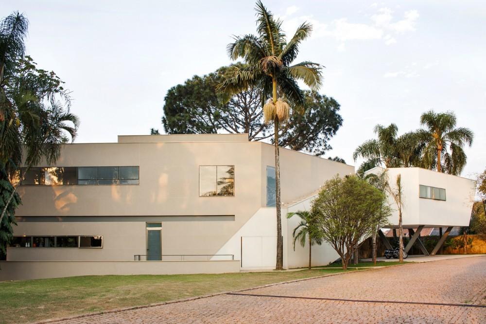 Красивые современные дома: необычная конфигурация бразильского особняка