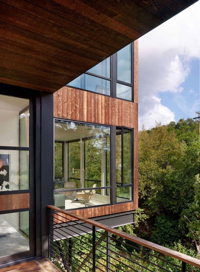 Оригинальный проект деревянного дома на склоне