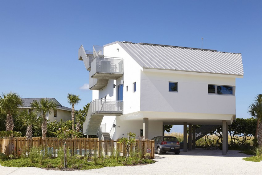 Оригинальный проект консольного дома на сваях