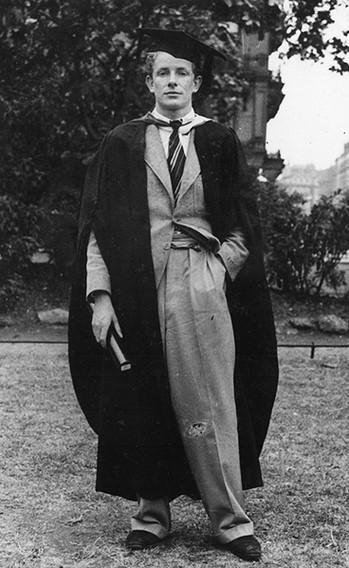 Робин Дей с дипломом об окончании Королевского колледжа искусств, Лондон, 1937