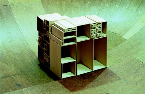 Конингс и Бей. Книжный шкаф из картона