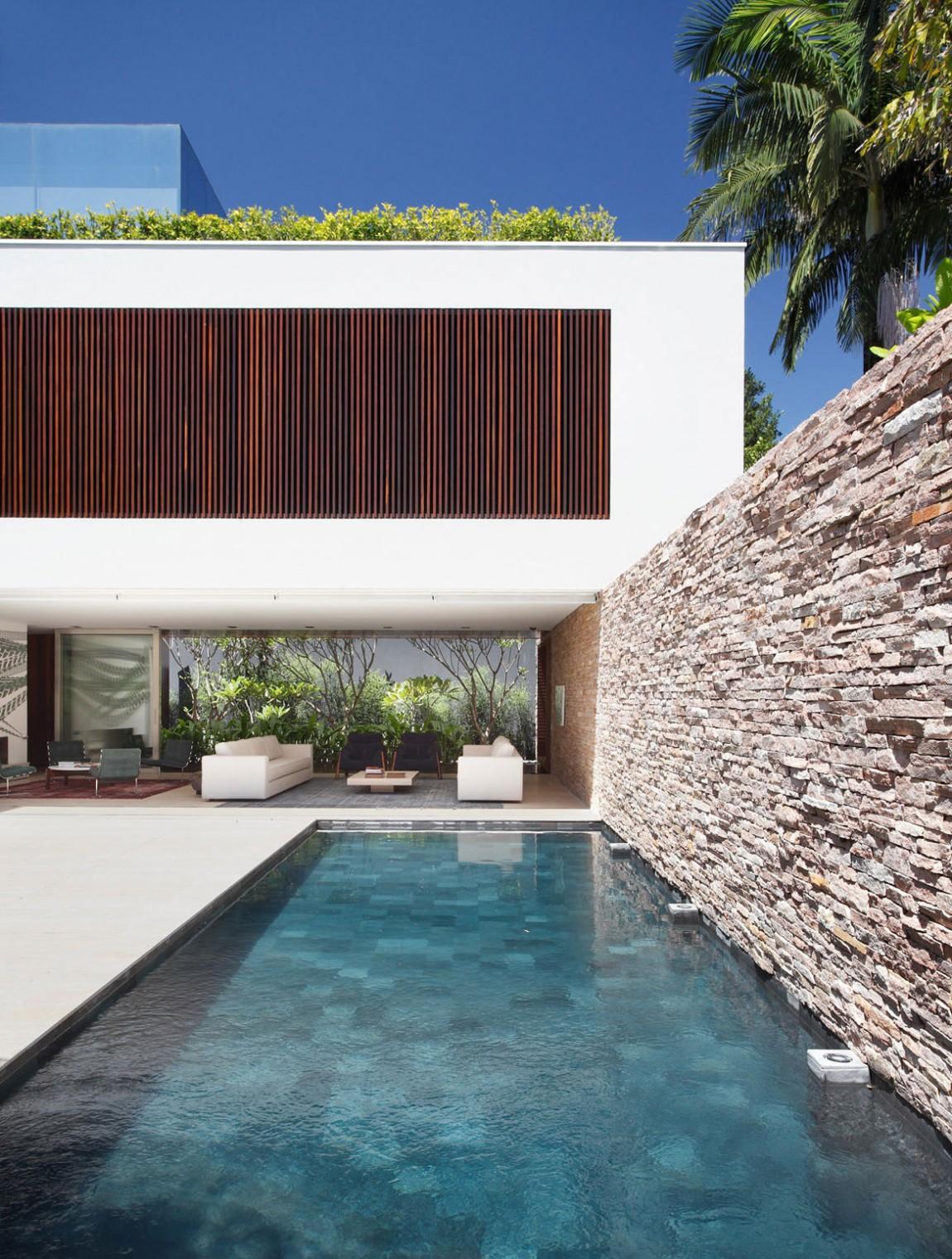 Стильный проект дома с прекрасным внутренним двором