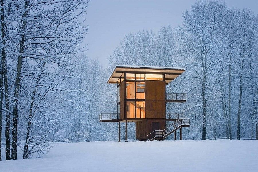 Оригинальный каркасный домик в лесу