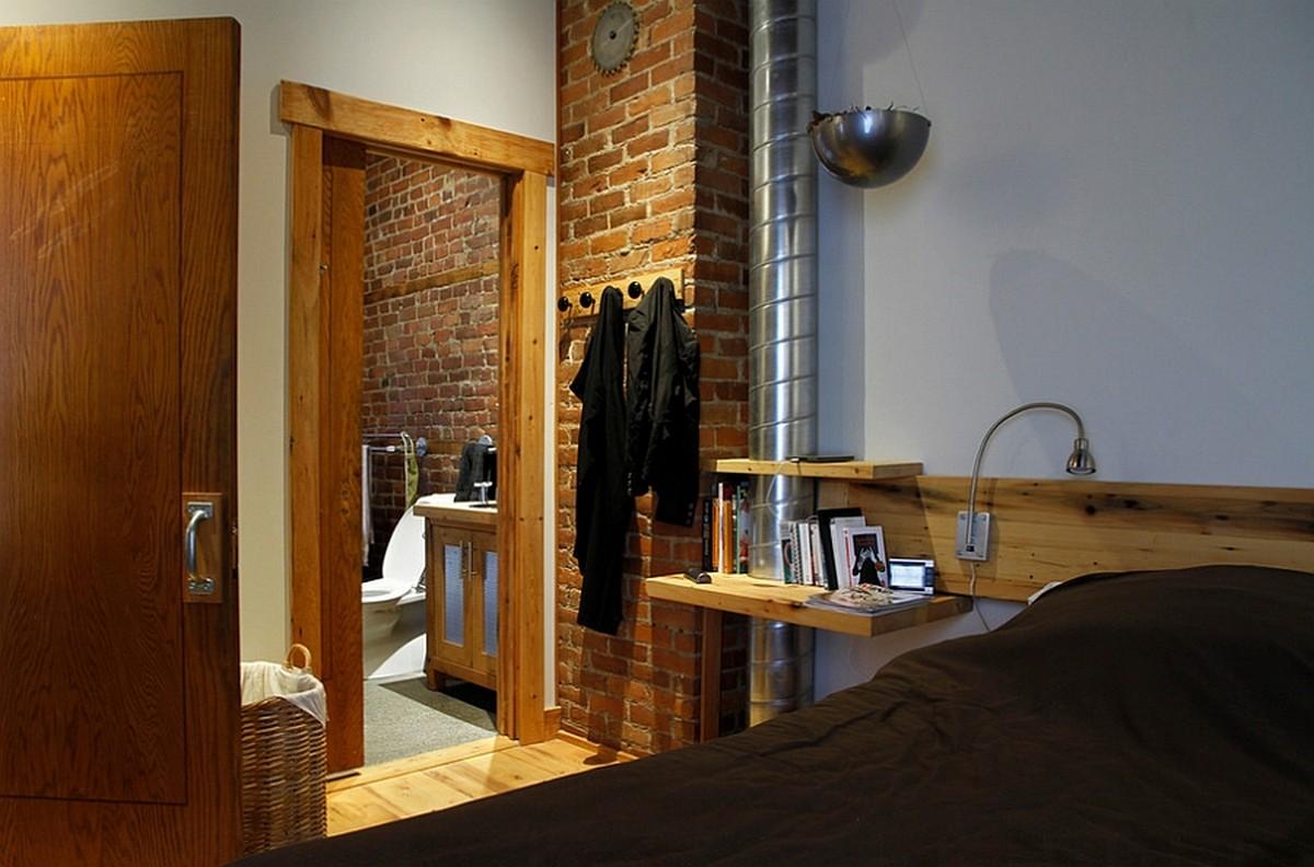 Сочетание кирпичной кладки и деревянных деталей в интерьере спальни