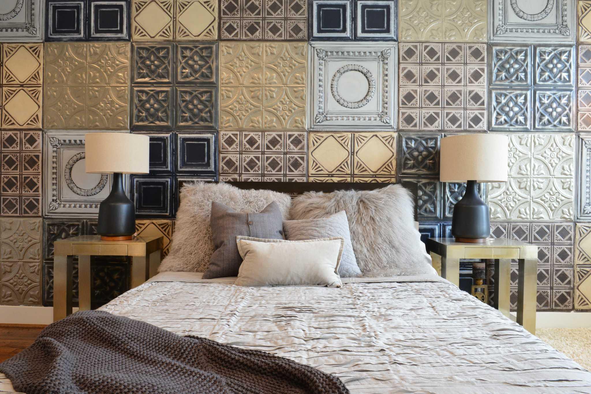 Использование разных плиток для оформления стен спальни