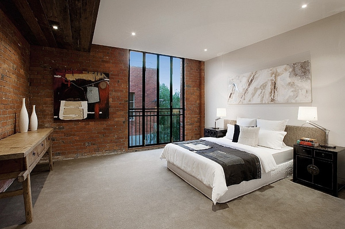 Стильная и элегантная спальня с большим окном и каменной кладкой